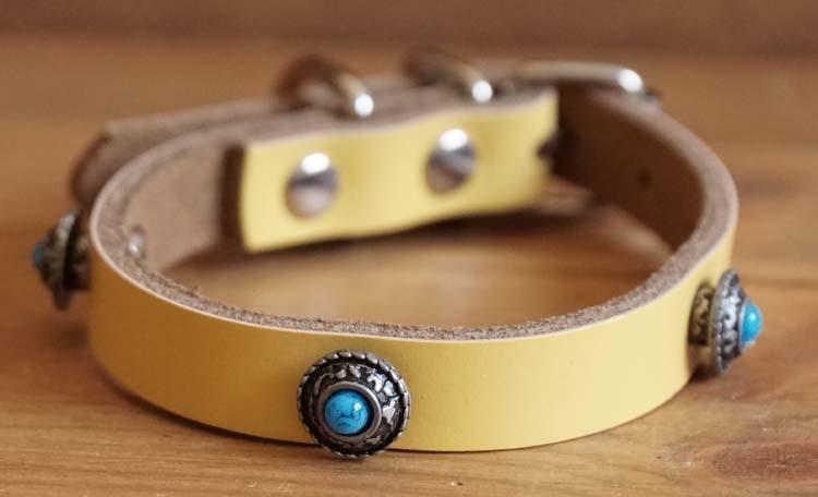 """Leren hondenhalsband  """" Concho met blauwe steen """" Geel"""