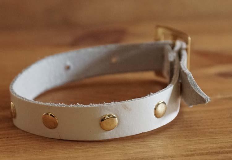 "Leren hondenhalsband  "" Goudkleurige studs ""  wit"