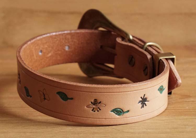 """Leren hondenhalsband  """" Insekten + bladeren """"  Beige"""