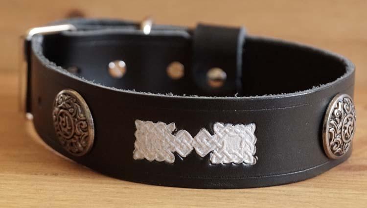 """Leren hondenhalsband  """" Keltische tekens """"  Zwart"""